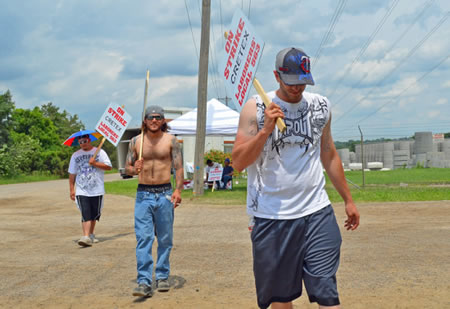 Members of Laborers Local 563 walk the picket line outside Cretex manufacturing in Shakopee. (Photo by Michael Moore)
