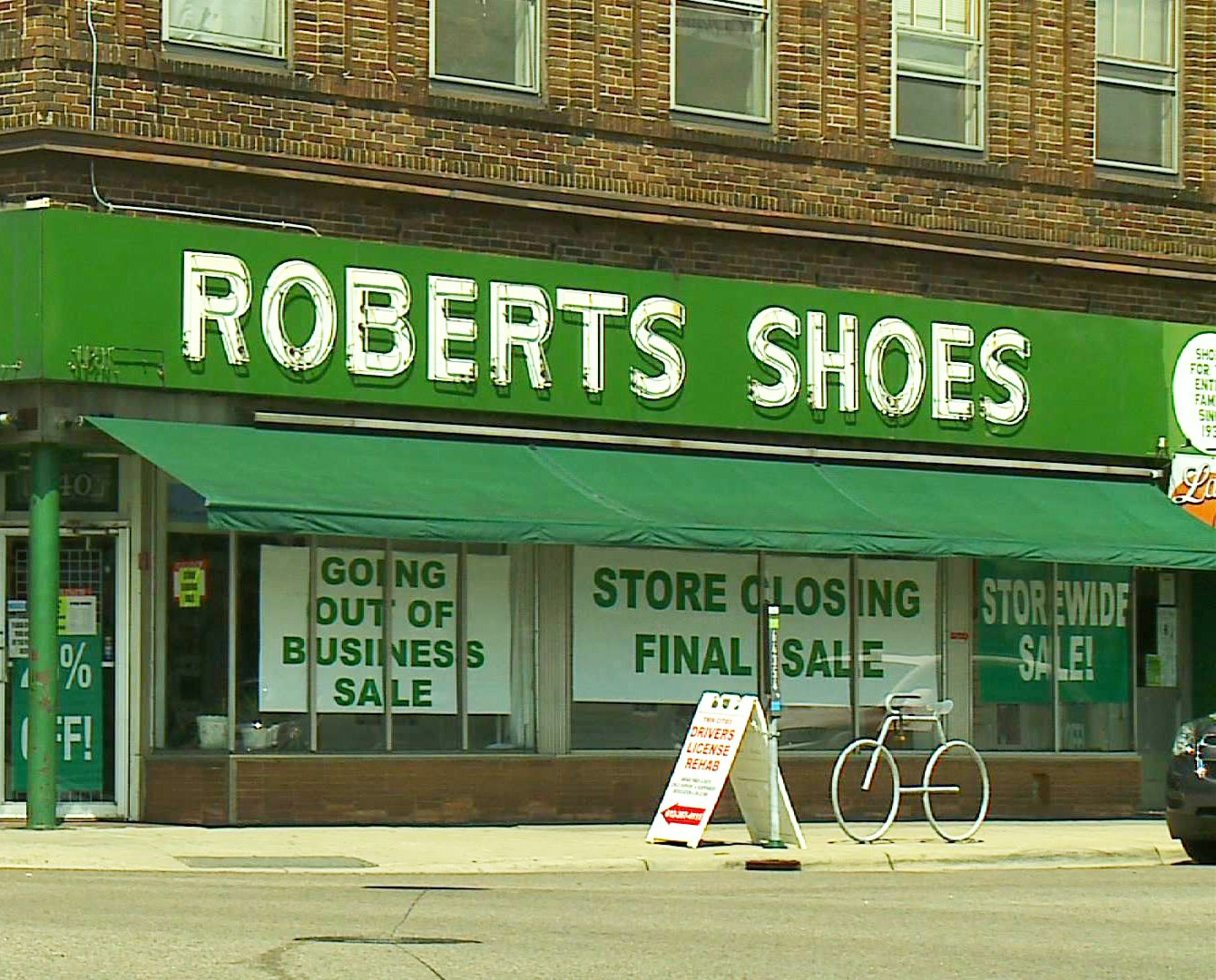 roberts_shoes_closing